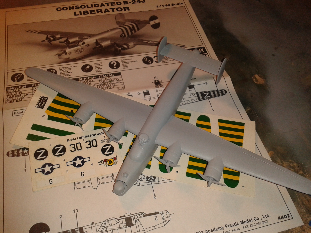 Consolidated B24 J Liberator - 1/144 Academy - Modeling