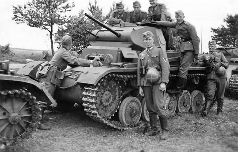 Panzer_II_ausf_C_and_wehrmacht_soldiers
